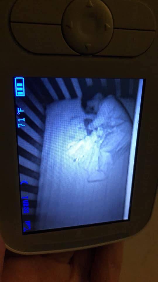 Vidjela je duh djeteta kako leži do njezine bebe, prestravila se