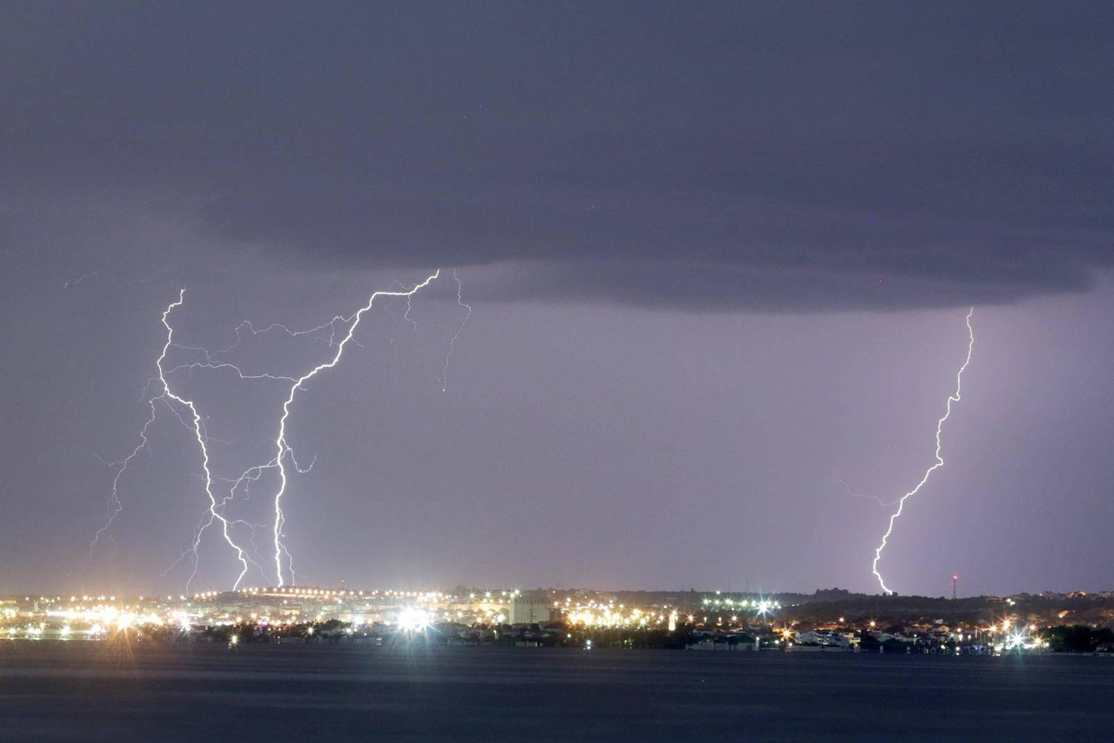 Crveni alarm za Hrvatsku: Stižu nam oluja, tuča i grmljavina
