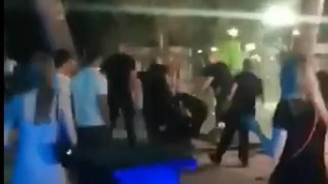 Uznemirujuća snimka: Nekoliko zaštitara u Makarskoj cipelarilo dva gosta ispred noćnog kluba