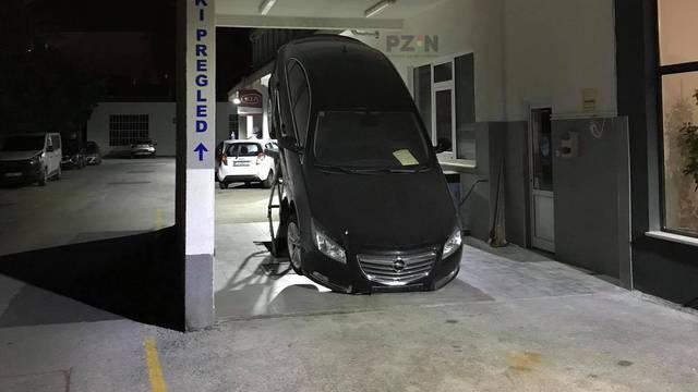 Automobil skliznuo s dizalice u stanici tehničkog pregleda