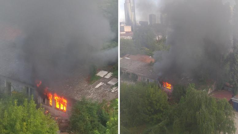 Zapalila se napuštena zgrada na Trešnjevci: 'Ovo nije prvi put da gasimo požar na ovoj lokaciji'