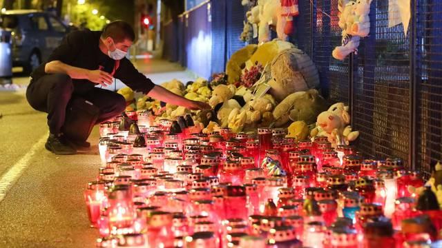 Građani ispred Klaićeve bolnice u Zagrebu ostavljaju plišane igračke i pale svijeće za preminulu djevojčicu