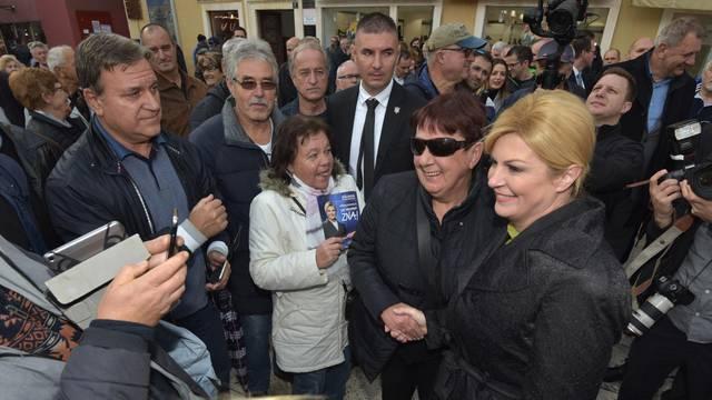 Grabar-Kitarović posjetila Zadar i štand na kojem se prikupljaju potpisi