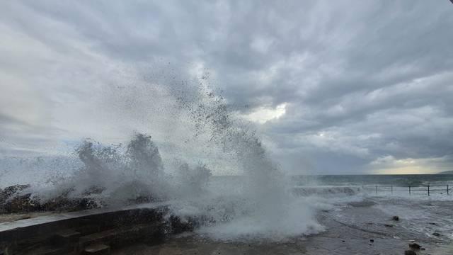 Jaki valovi potopili Lungo Mare u Opatiji i izbacivali kamenje