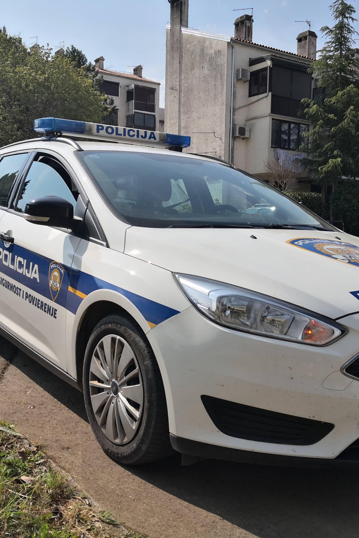 Zadar: Maloljetnik (15) prijetio nožem i htio ukrasti novac