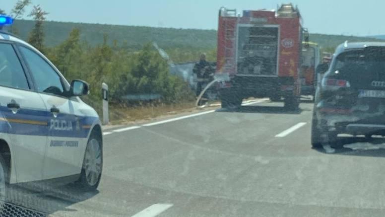 Vozač automobila ozlijeđen u sudaru s kamionom kod Drniša