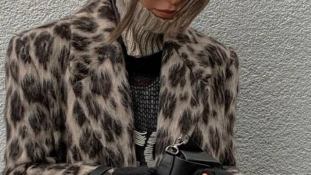 Animal print kaput i visoka bež dolčevita za posebne trenutke