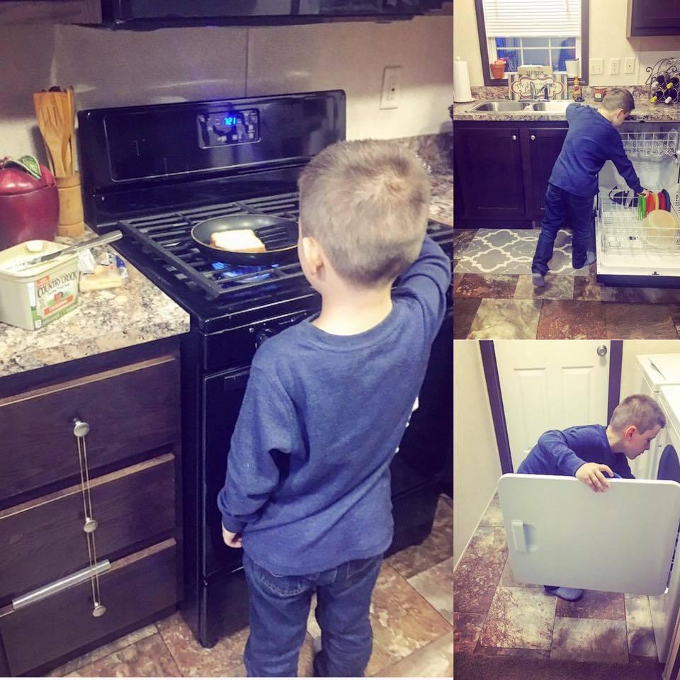 Ova mama uči malog sina kako kuhati, ali i prati suđe i rublje