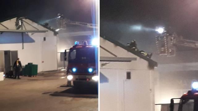 Video: Gorio je krov trgovine u Vodicama, požar brzo ugasili...