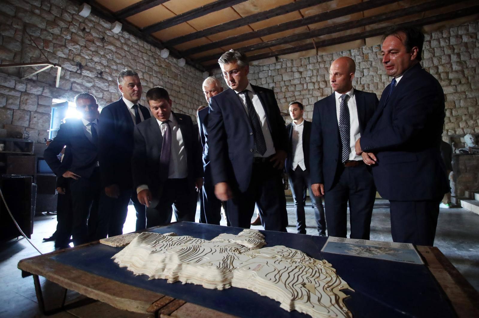 Premijer Plenković na Golom otoku odao počast žrtvama totalitarnih i autoritarnih režima