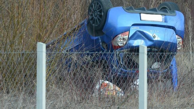 Sisak: Renault Clio završio na livadi prevrnut na krovu 50-tak metara od prometnice