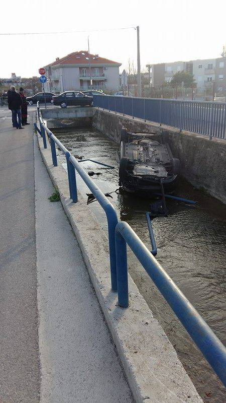 Nesreća u Solinu: Auto sletio u kanal, vozač je lakše ozlijeđen