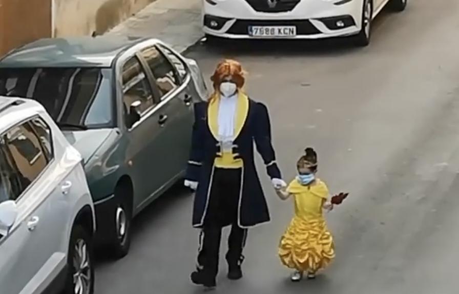 Hit! Tata i kći svaki dan idu bacit smeće odjeveni u kostime