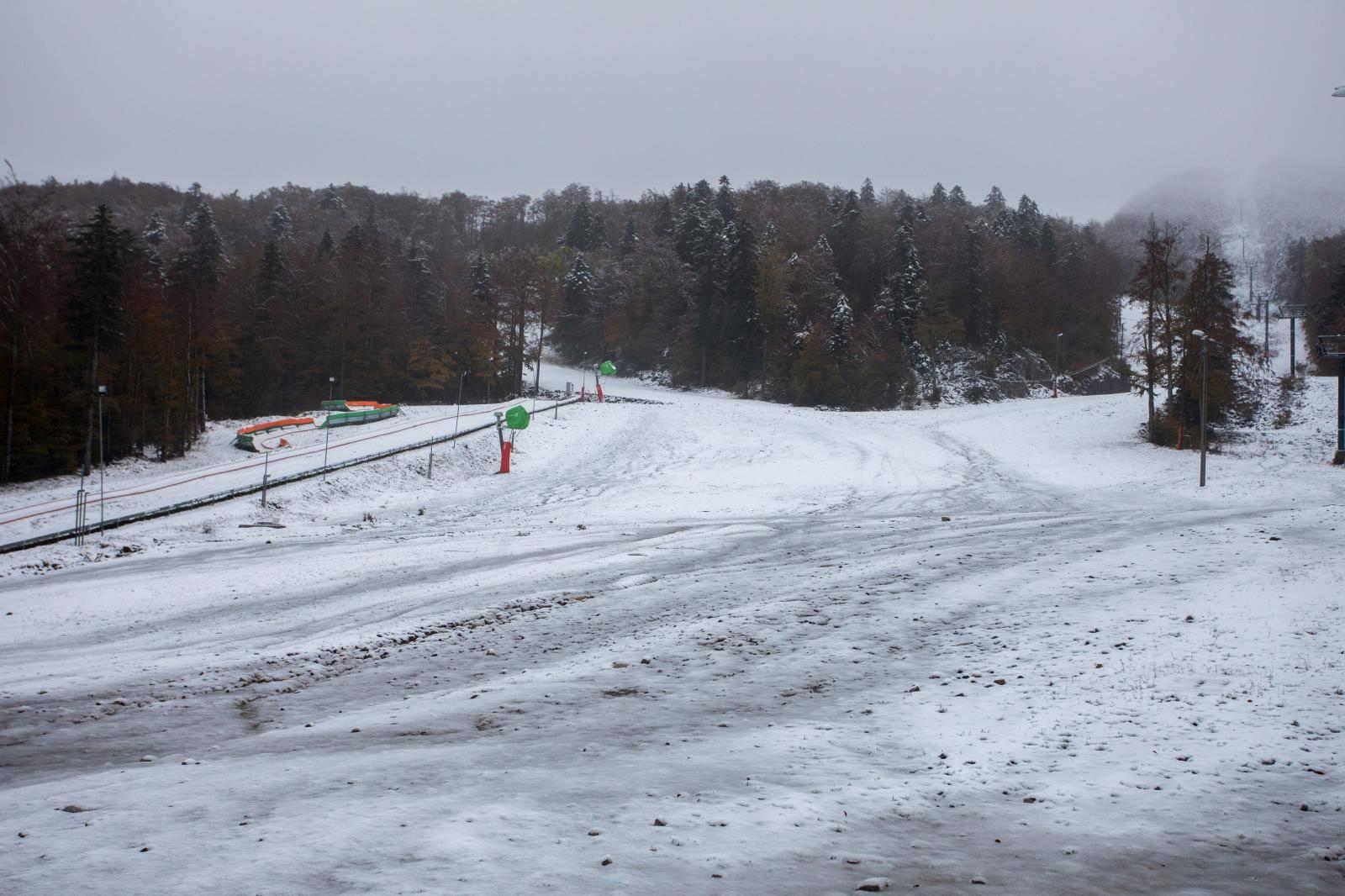 Vrh Radeševa na Platku prekrio je prvi ovosezonski snijeg