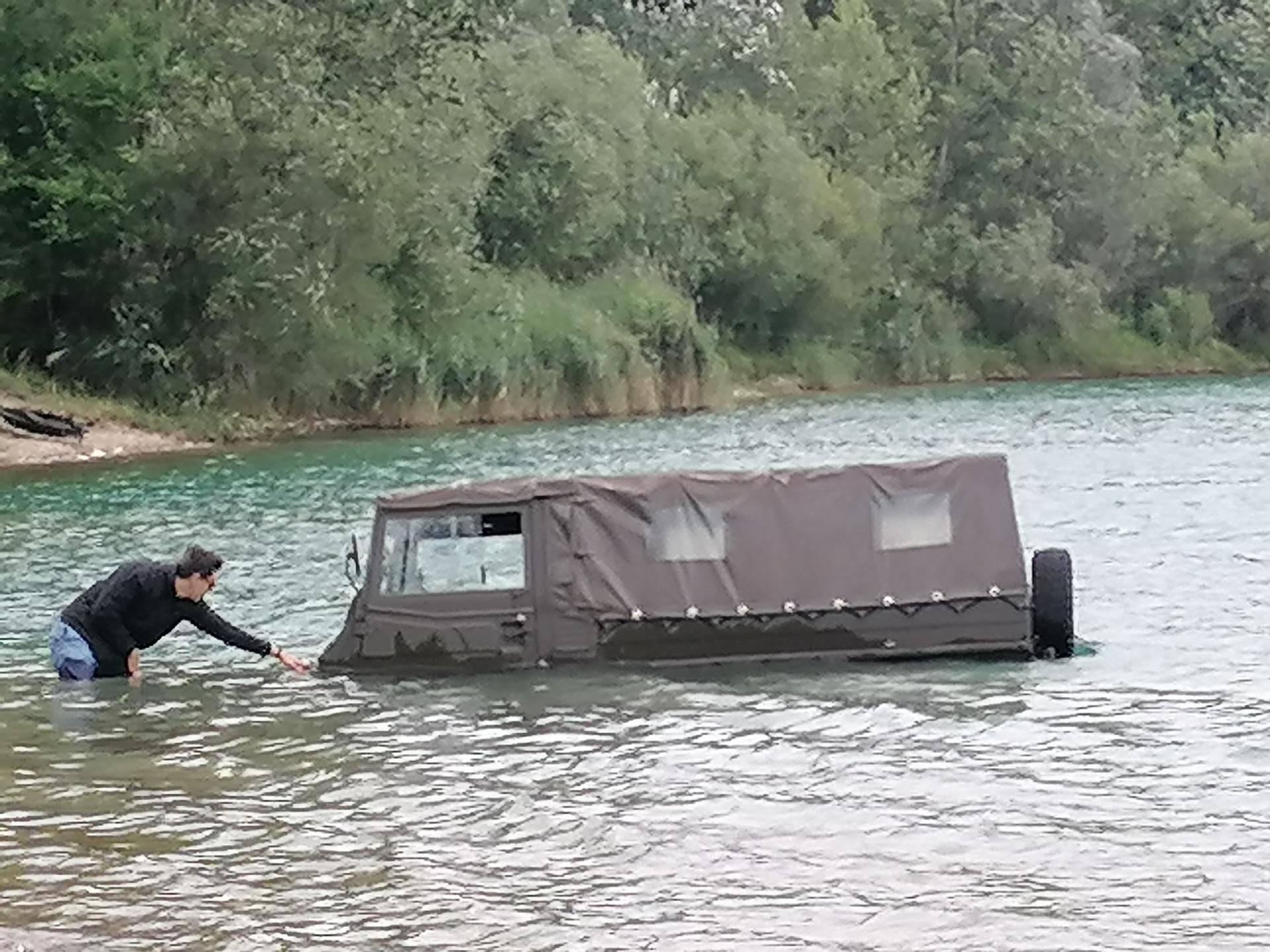 A je to kraj jezera! Isprobavao kamion i zapeo u šljunku i vodi