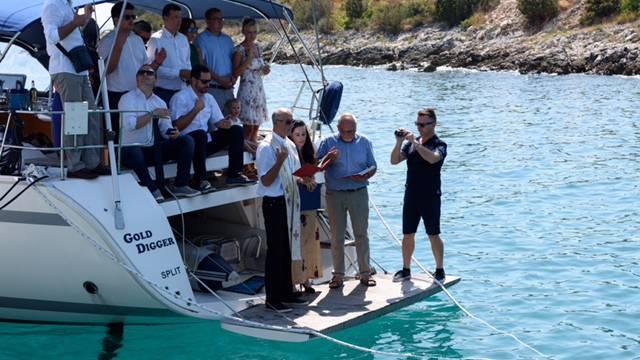 Svećenik s broda 'Sponzoruše' blagoslovio morski 'Križni put'