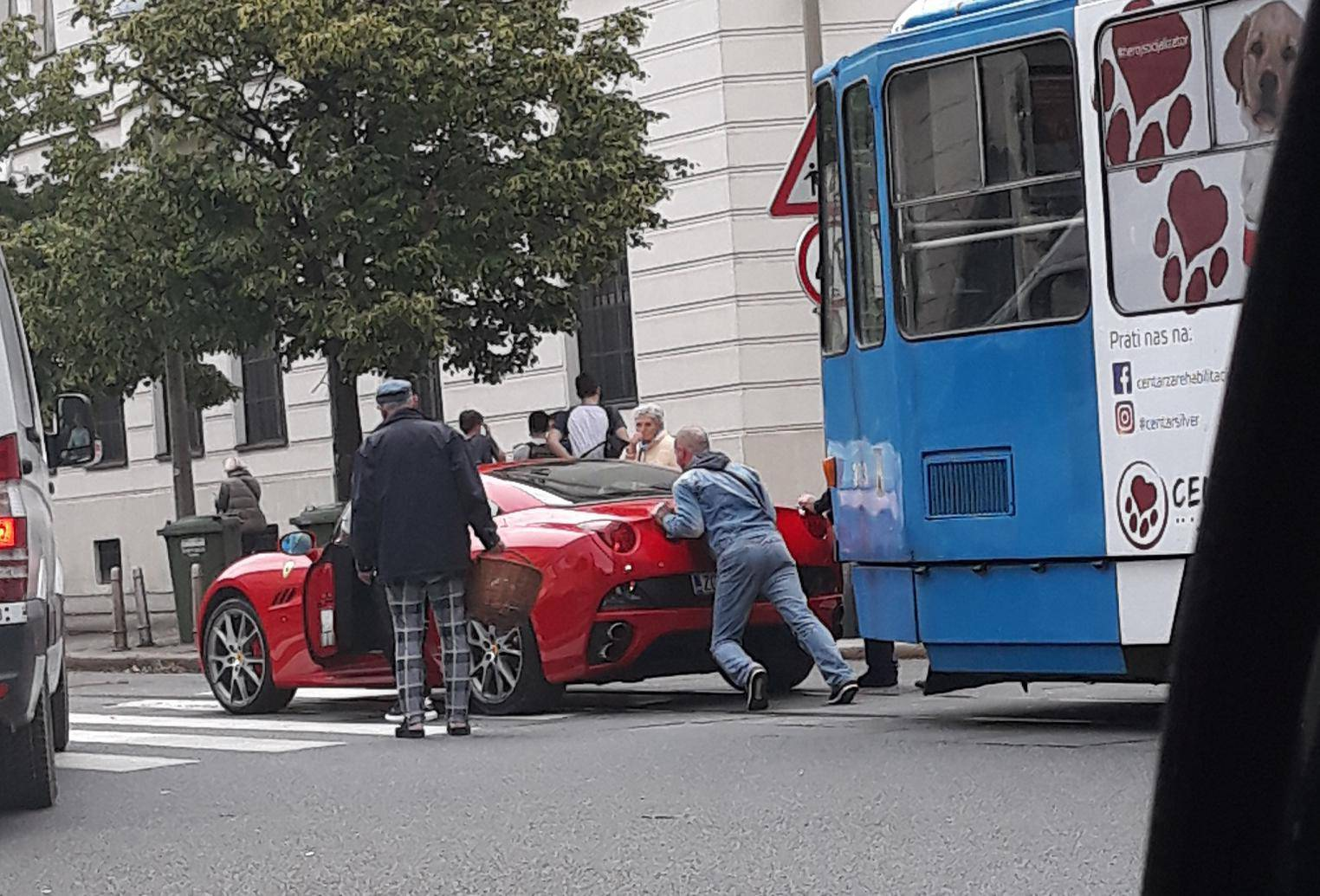Crveni Ferrari ostao bez goriva i zaustavio promet u Zagrebu
