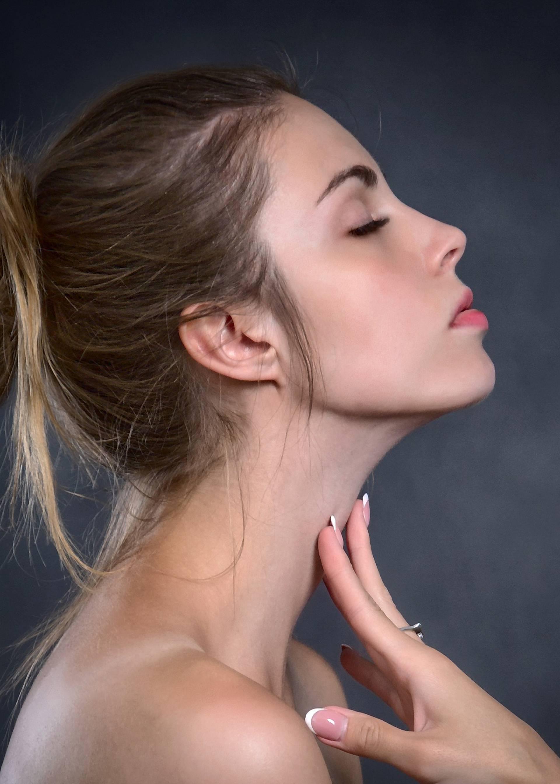 Lice žene slikano iz profila