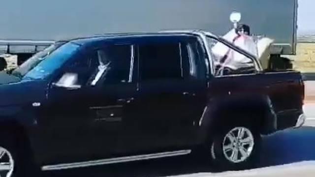 Hit snimka iz Međimurja: Svoje župljane blagoslivljao iz auta...