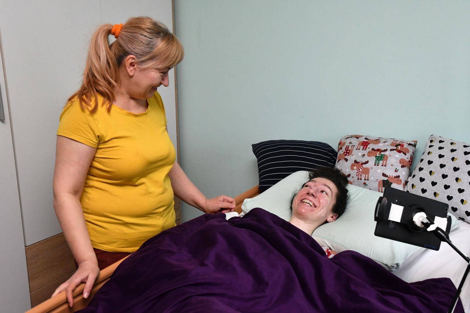 Slavonski Brod - Teško bolesna Anita Herceg i majka Verica koja danonoæno skrbi o njoj.