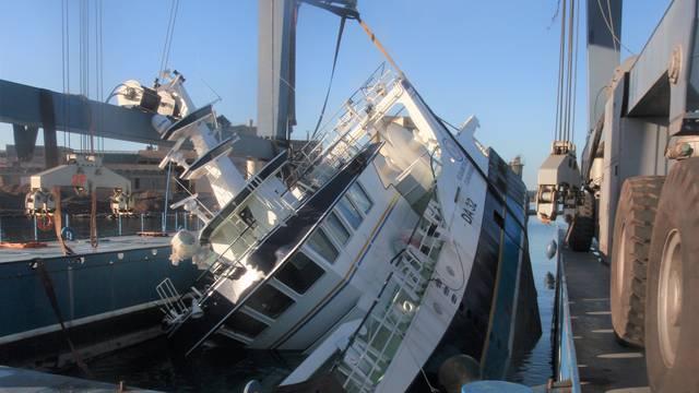 Brod koji je pao s dizalice u Puli cijeli je potonuo, ministarstvo odlučuje kako će ga izvaditi