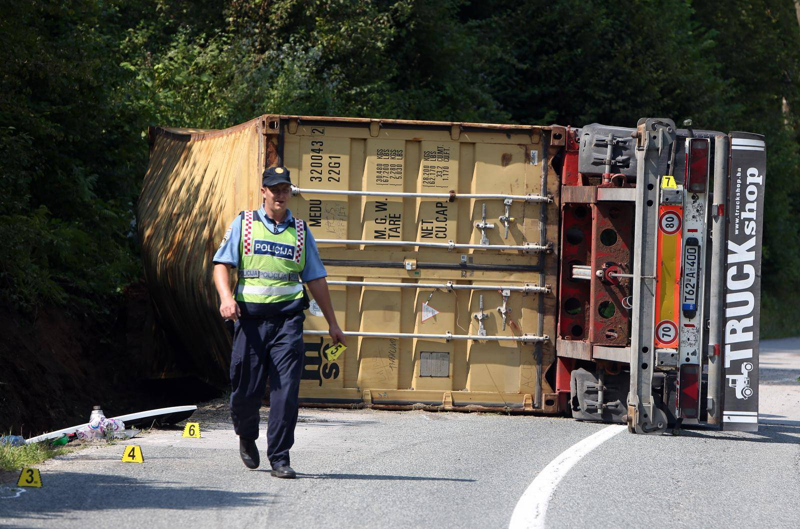 Jedna osoba ozlijeðena u prevrtanju kamiona u Kupljenskom kod Vojniæa
