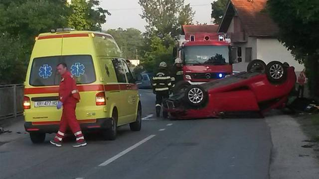 Rotirali se pa prevrnuli na krov, iz auta su ih vadili vatrogasci