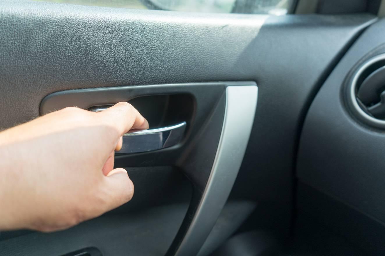 Vrata na autu otvarate lijevom rukom? To je opasno po život