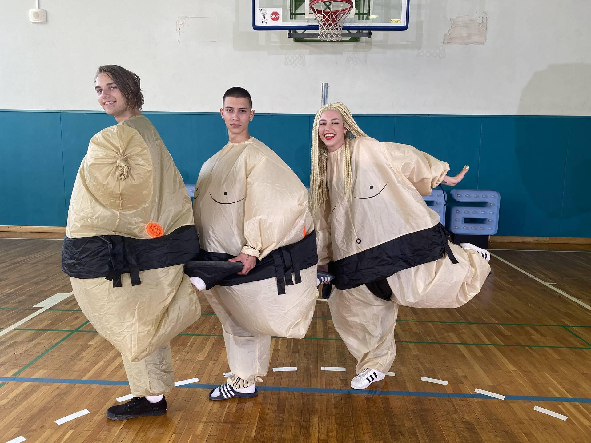 Još jedan 'nezgodan' zadatak: Slovenci su u showu plesali u ogromnim sumo odijelima...