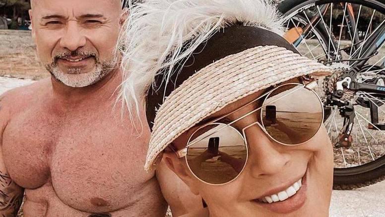 Indira uživala sa suprugom na plaži, a pozirala je i u toplesu