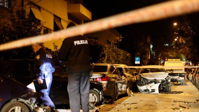 Split: Policijski očevid prometne nesreće gdje su uništena i parkirana vozila
