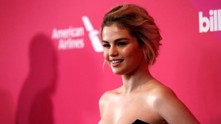 Totalno je chic: Selena Gomez u jednostavnoj maloj crnoj haljini