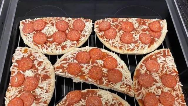 Mama otkrila trik kako da tri pizze odjednom stanu u pećnicu