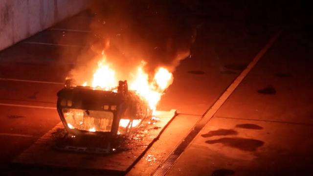 Vatreni performans: Umjetnik kraj MSU-a zapalio Yugo 45