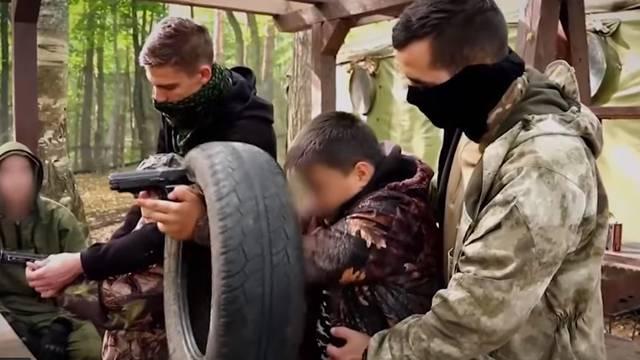 Uče pucati i boriti se: Djecu iz Srbije veterani vode u kampove