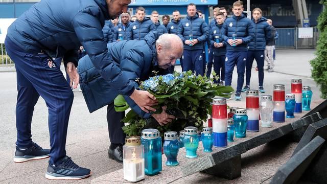 Zagreb: Igrači Dinama zapalili svijeće na spomeniku poginulim navijačima u Domovinskom ratu
