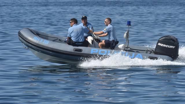 Brod pomorske policije u kanalu sv. Ante u Šibeniku