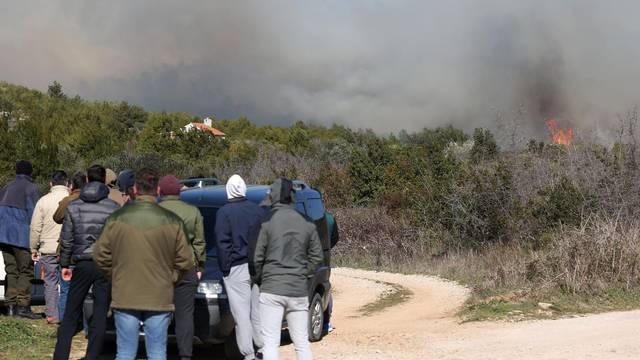 Požar nošen orkanskom burom spušta se prema prvim kućama