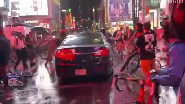 Šok na Times Squareu! Autom prošao kroz hrpu prosvjednika