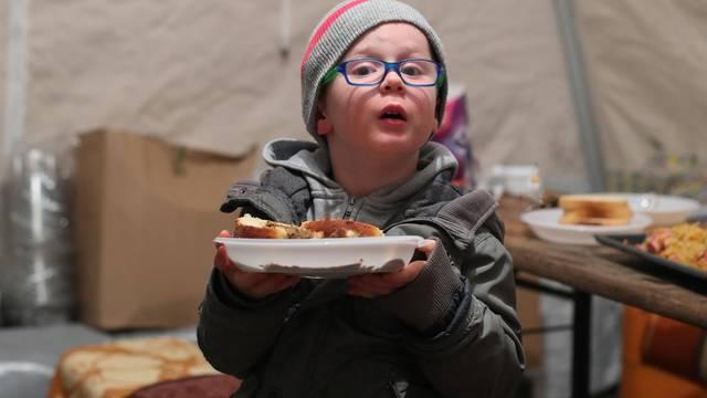 Bartol (4): 'Moj vrtić se srušio, sad kuham za volontere s tatom i mamom. Obožavam kuhati!'