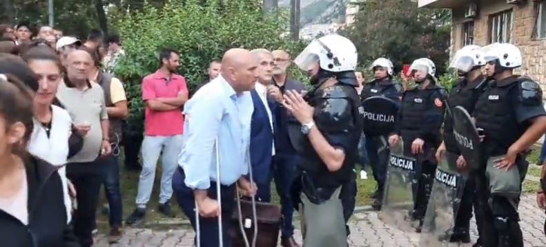 Policija ispred zgrade u kojoj saslušavaju sina smijenjenog gradonačelnika Budve Carevića