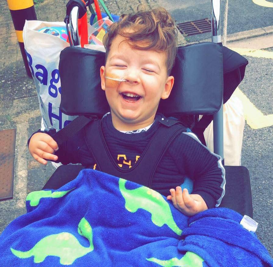 Presretni dječak napravio prve korake nakon skupe operacije