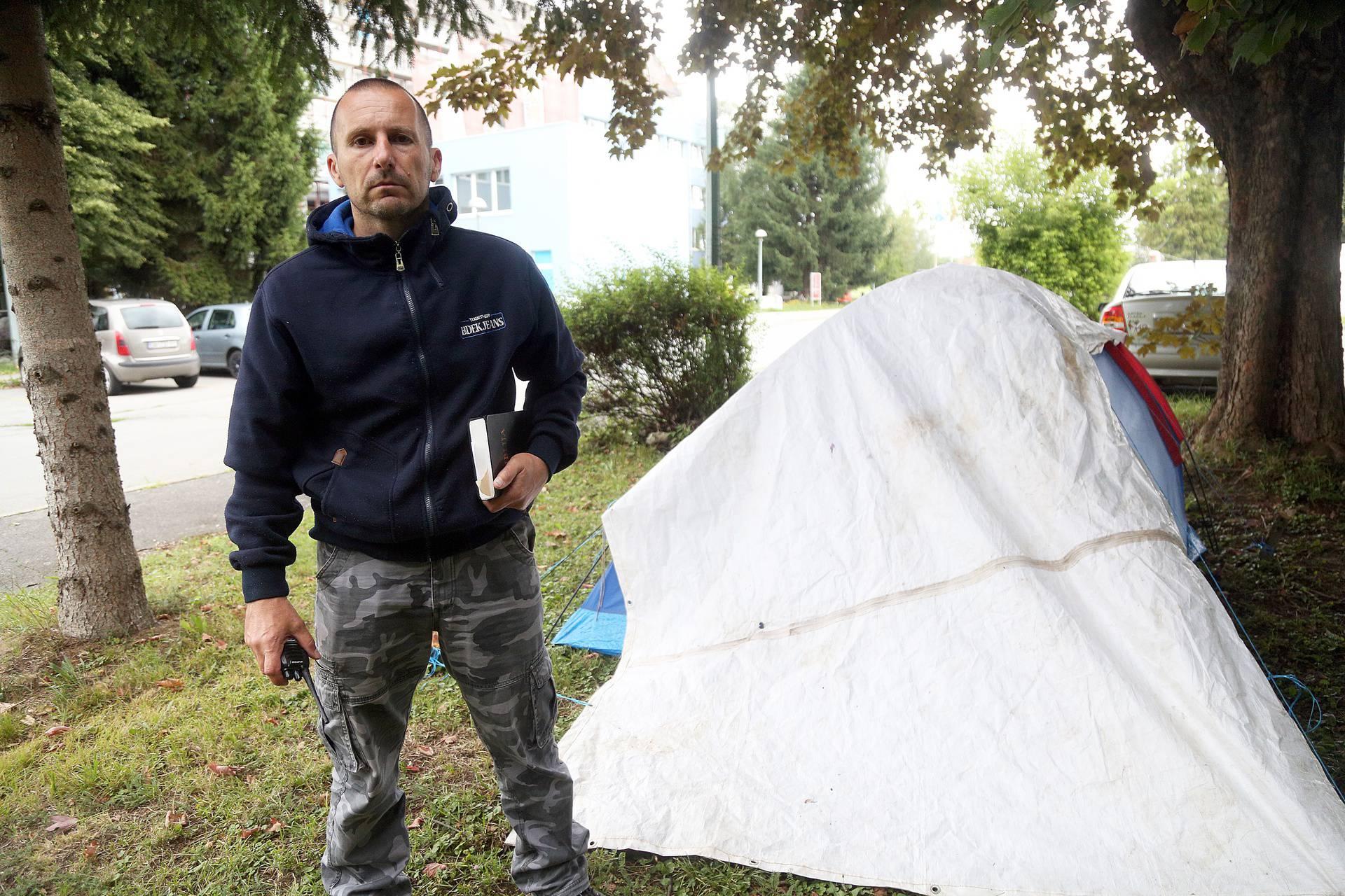 Šimun (7) u bolnici je u Pakracu, a njegov je otac podigao šator ispred, jer ne smije biti s njim