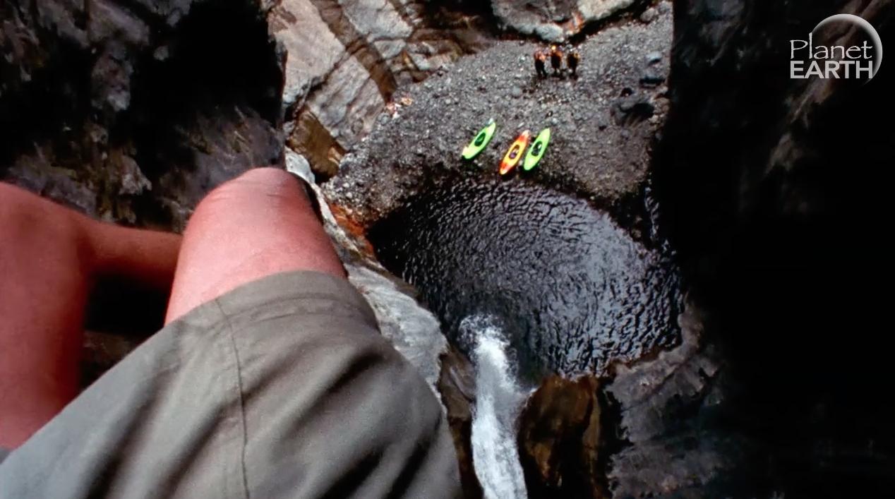 Visio s mosta, njihao se iznad stijena - sve s kamerom u ruci