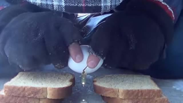 Razbio je jaje na -32 i dočarao koliko je bilo hladno u Americi