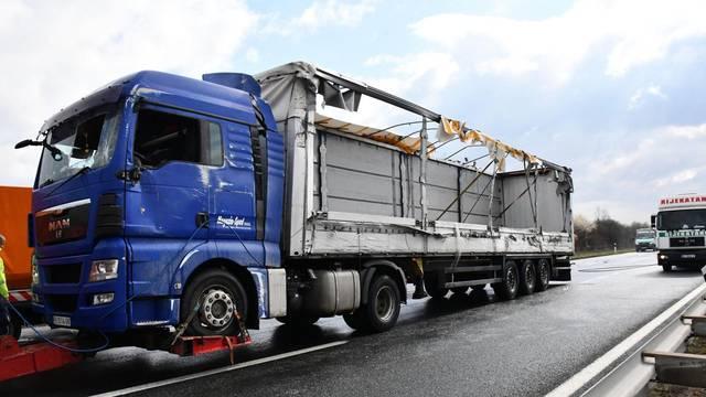 Četvero ljudi je poginulo u prevrtanju kamiona kod Okučana