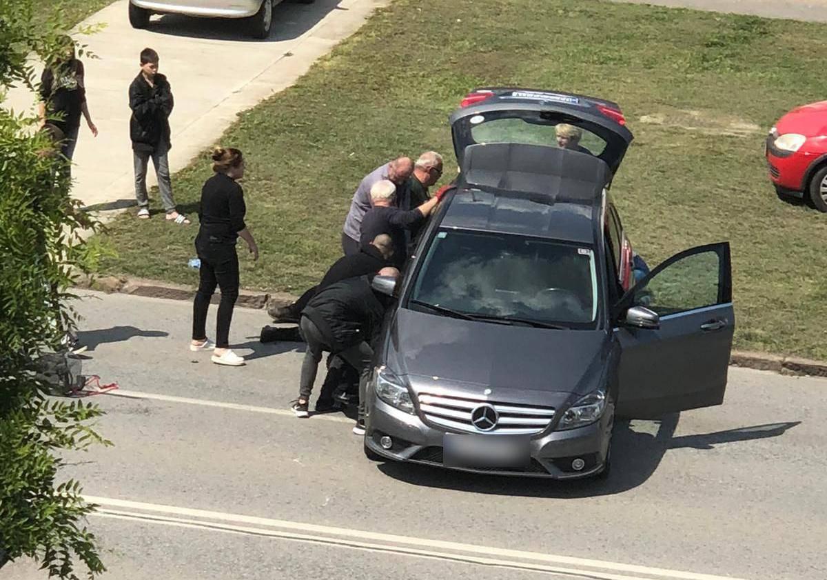 Naletjela na biciklisticu: 'Deset ljudi je dizalo auto da je spase'