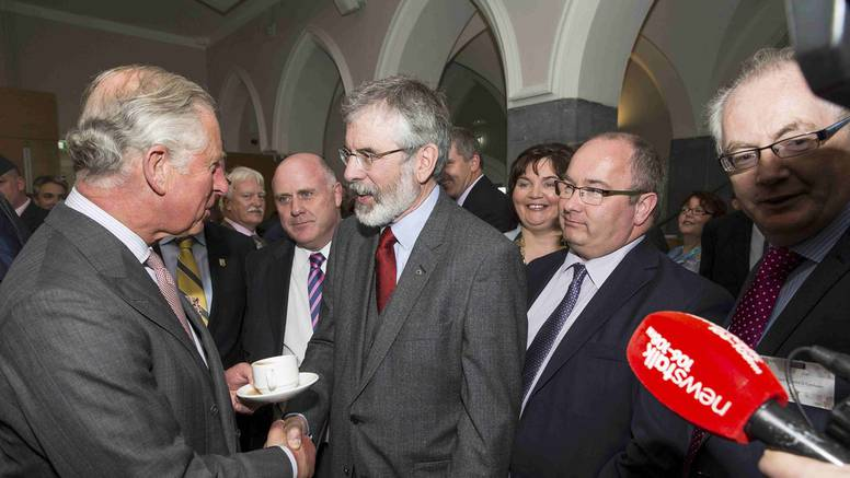 Povijesno rukovanje: Charles pružio ruku vođi Sinn Feina