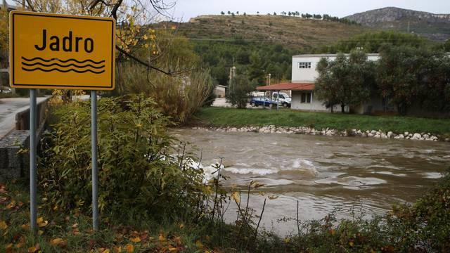 Rijeka Jadro i dalje zamućena: Prokuhavajte pitku vodu djeci