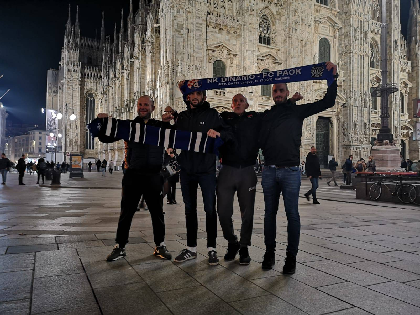 Bad Blue Boysi kasno navečer počeli stizati na Piazzu Duomo